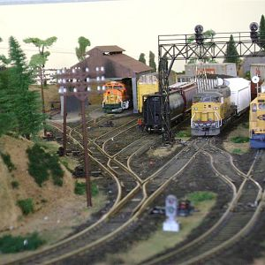 BNSF Yard and SD60M  UP intruder-Model Railroad Brazil